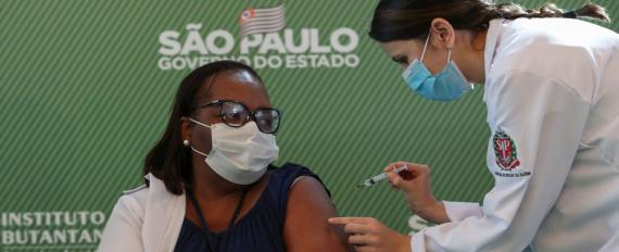Não tenham medo, diz Mônica Calazans, 1ª pessoa a ser vacinada no Brasil