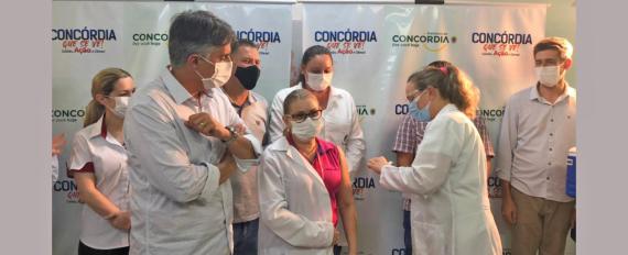 Primeiras três doses da vacina contra a Covid-19 são aplicadas em Concórdia