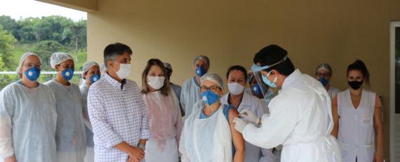 Idosos e funcionários do Recanto do Idoso são vacinados em Concórdia